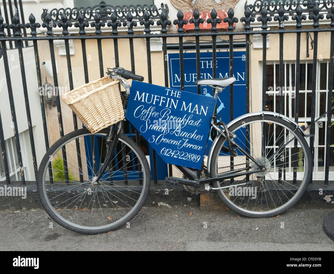 El Hombre De Jengibre Antigua Bicicleta Y Entrega Del Medio