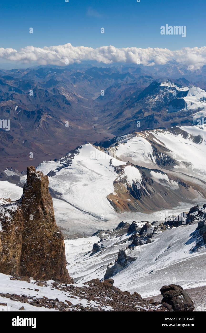 Vista desde el Cerro Aconcagua 6962m, el pico más alto de América del Sur, el Parque Provincial Aconcagua, Cordillera Foto de stock