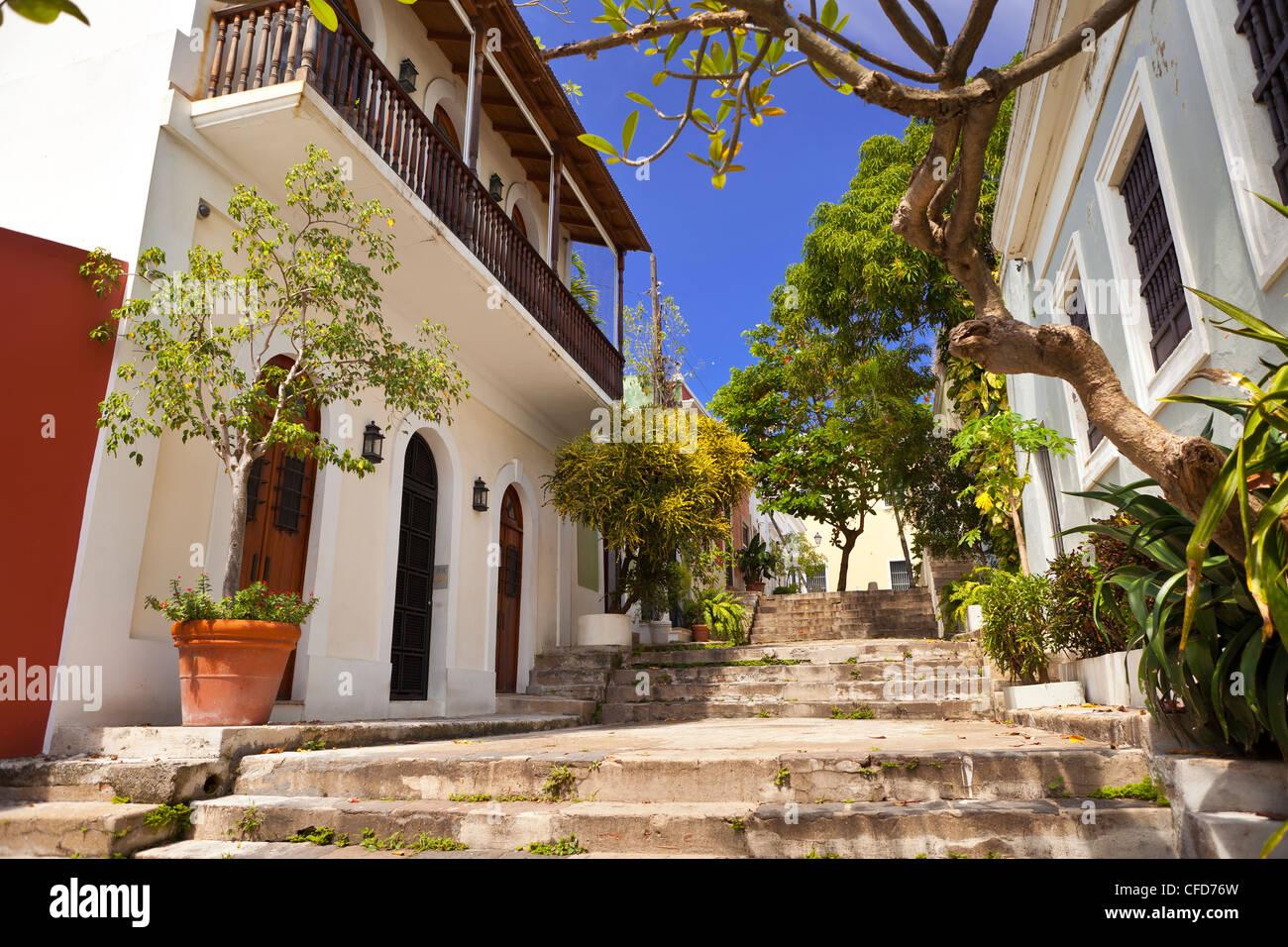 El VIEJO SAN JUAN, PUERTO RICO - encantadora plaza entre edificios con escaleras. Imagen De Stock