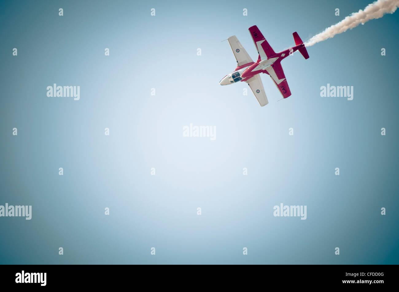 Dos aviones vuelan arriba al comienzo Durante el rendimiento de la antena de turistas invernales en Comox, en la Imagen De Stock