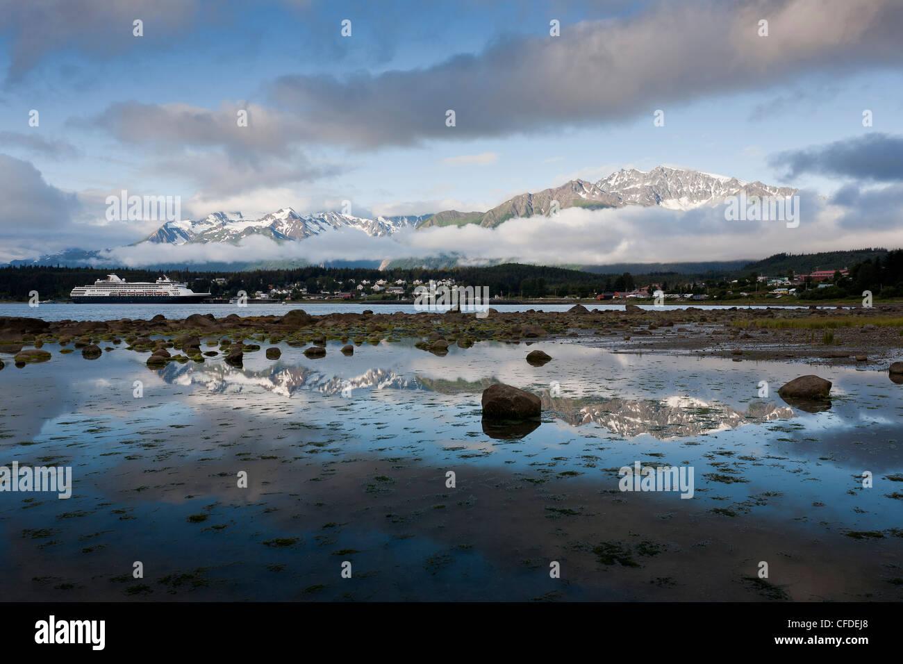 El crucero Veendam y la Ciudad de Haines como se ve desde la carretera, Lutak Haines, Alaska, Estados Unidos de Imagen De Stock