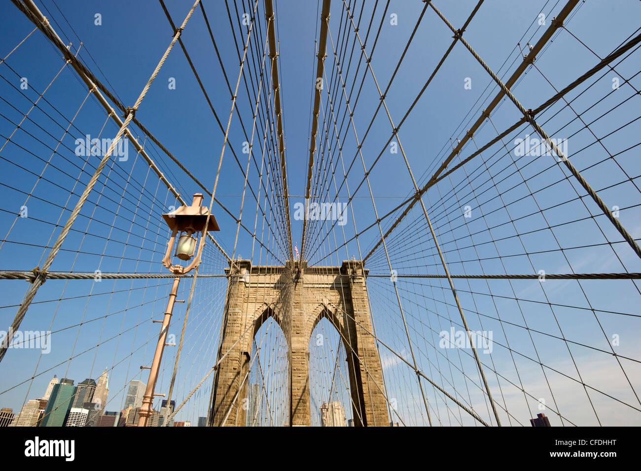 Puente de Brooklyn en la luz del sol, Manhattan, Nueva York, Estados Unidos, América Foto de stock