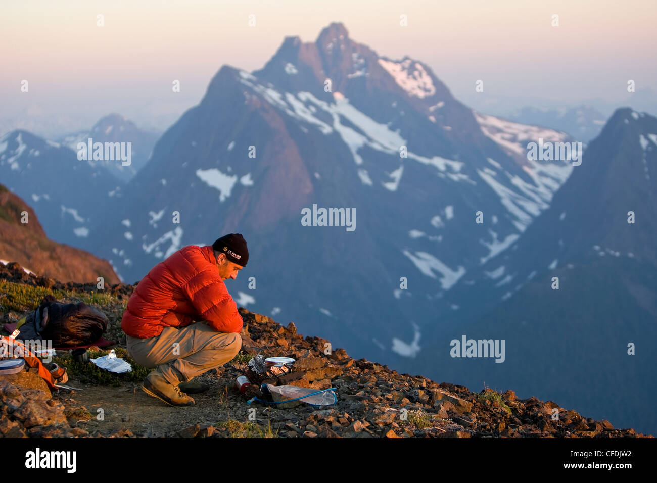Escalador solitario prepara la cena su campamento Imagen De Stock