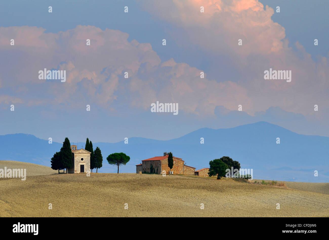 Capilla en paisaje idílico, San Quirico d'Orcia, Toscana, Italia, Europa Imagen De Stock