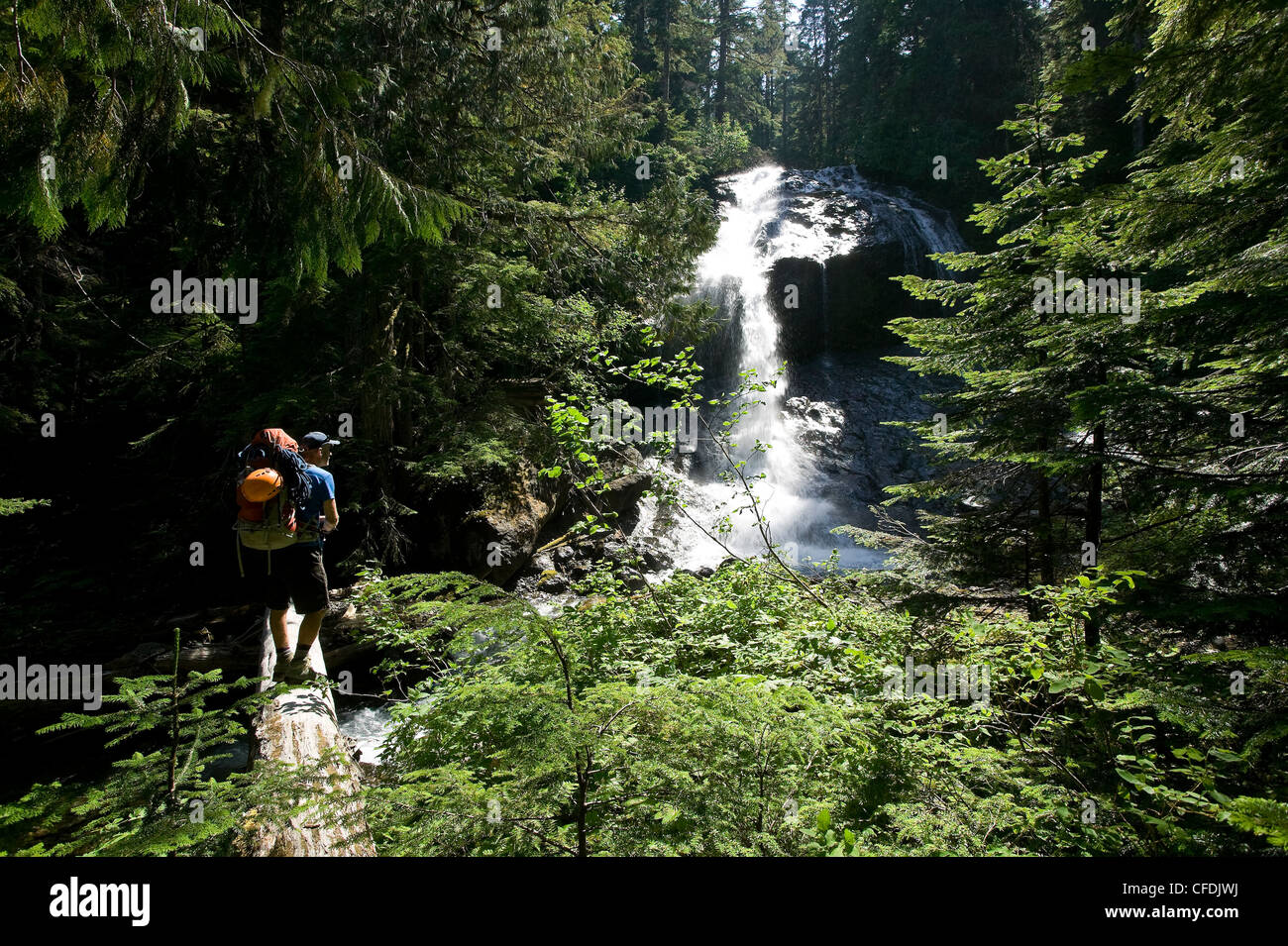 Caminante deja de tener una vista de numerosas cascadas a lo largo de Imagen De Stock