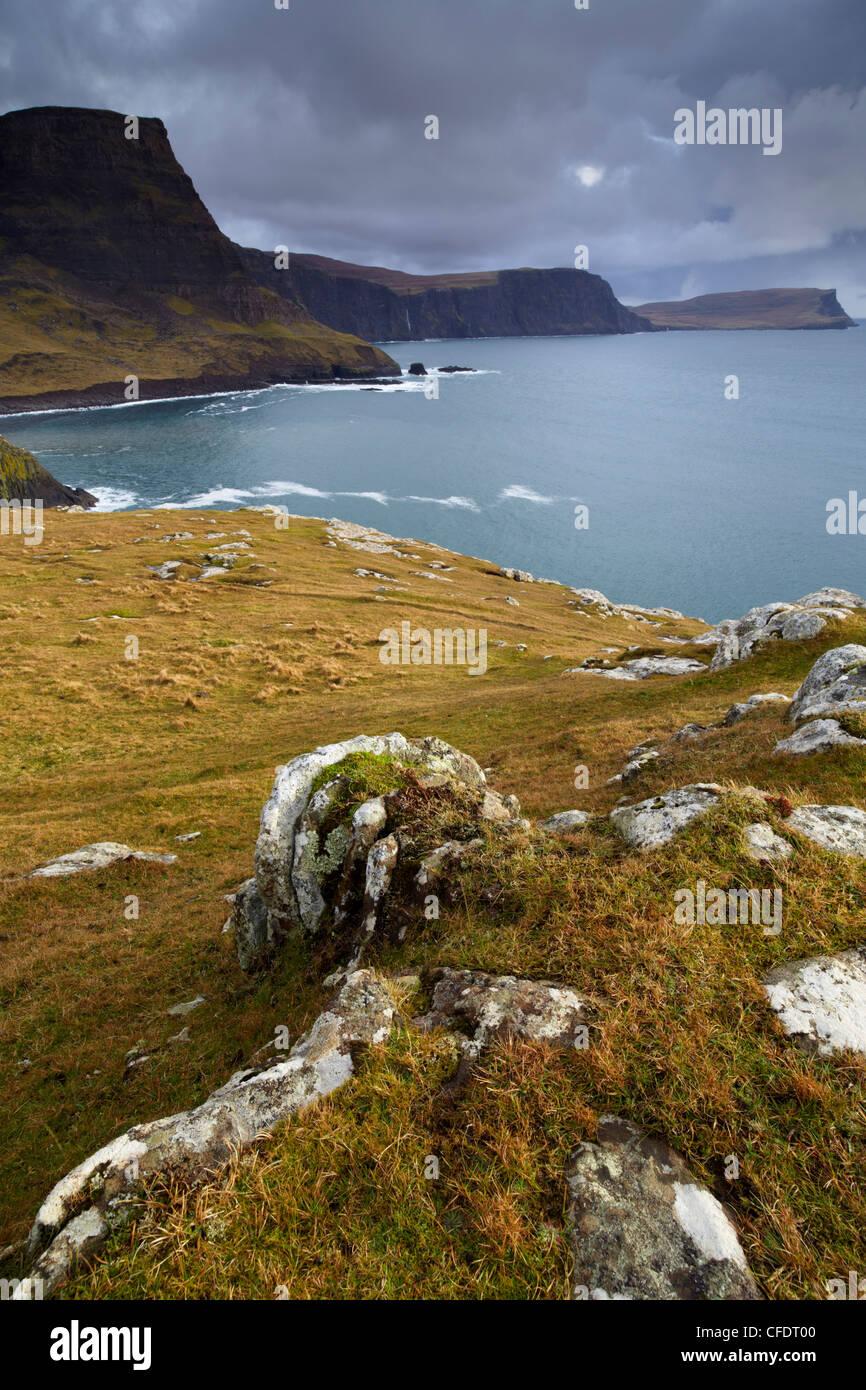 Una vista de Neist Point mostrando Ramasaig Waterstein Head y acantilados, la Isla de Skye, Escocia, Reino Unido, Europa Foto de stock