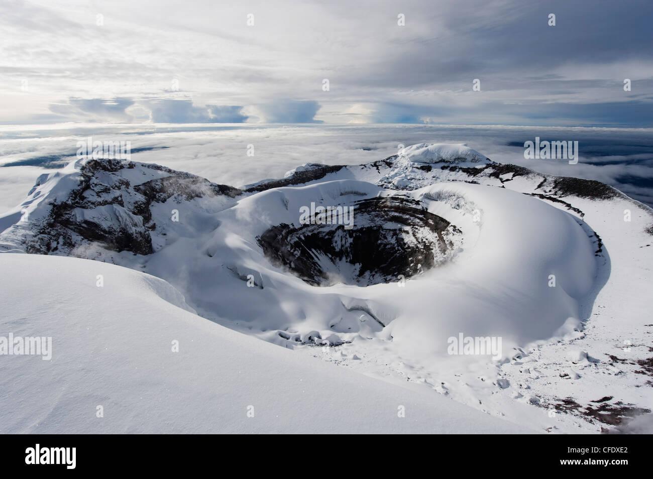 El cráter de la Cumbre, el volcán Cotopaxi, con 5897 metros, el volcán activo más alto del mundo, Imagen De Stock
