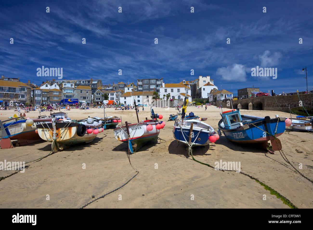 Los barcos de pesca en el antiguo puerto, St. Ives, Cornwall, Inglaterra, Reino Unido, Europa Imagen De Stock