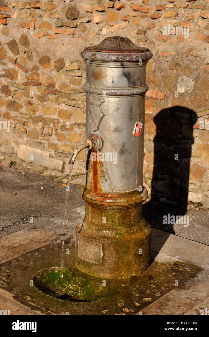 Italia, Roma, fontanella, fuente de agua Imagen De Stock
