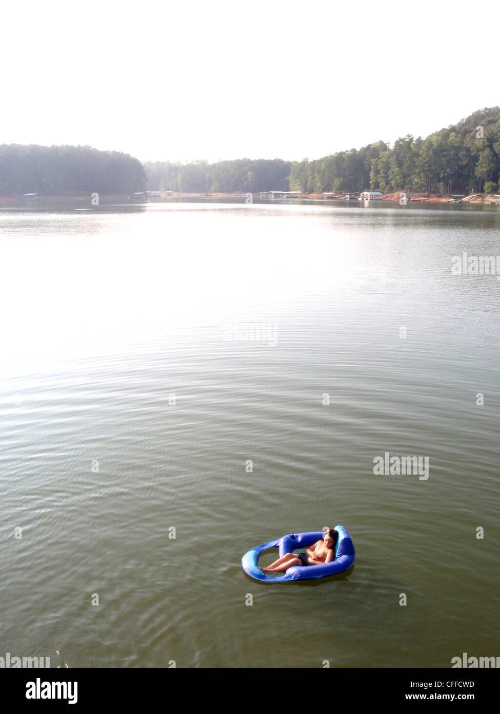 Boy relajante en un lago en Georgia Foto de stock