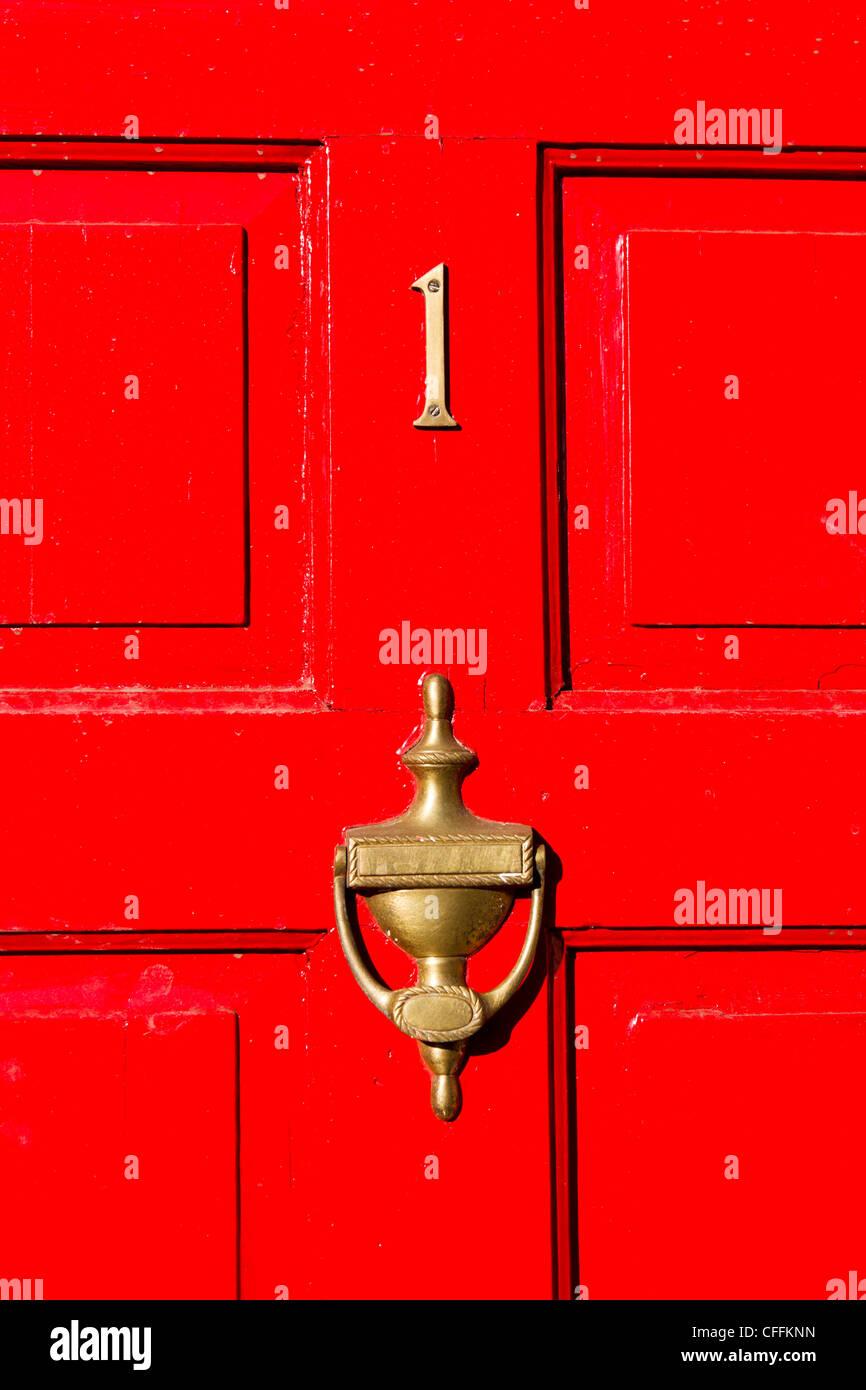 Puerta roja con el número 1, Inglaterra, Reino Unido. Imagen De Stock