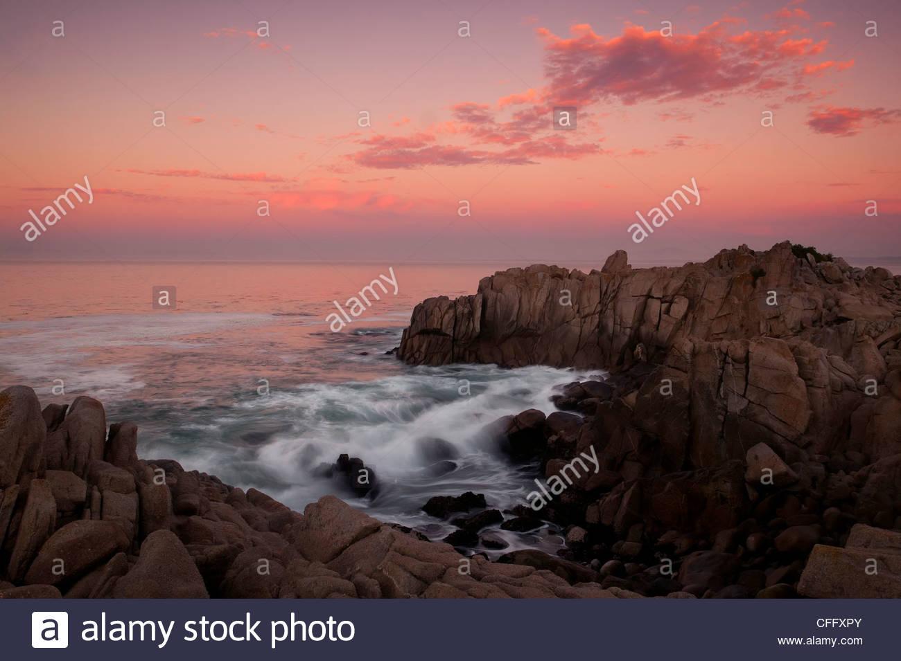 Las olas del Océano Pacífico para estrellarse en una estrecha y rocosa en el punto de admisión amantes Imagen De Stock