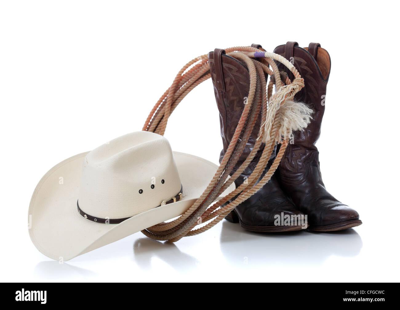 Un sombrero de vaquero blanco y botas de cuero marrón lariat sobre un fondo  blanco. dbc490a58aa