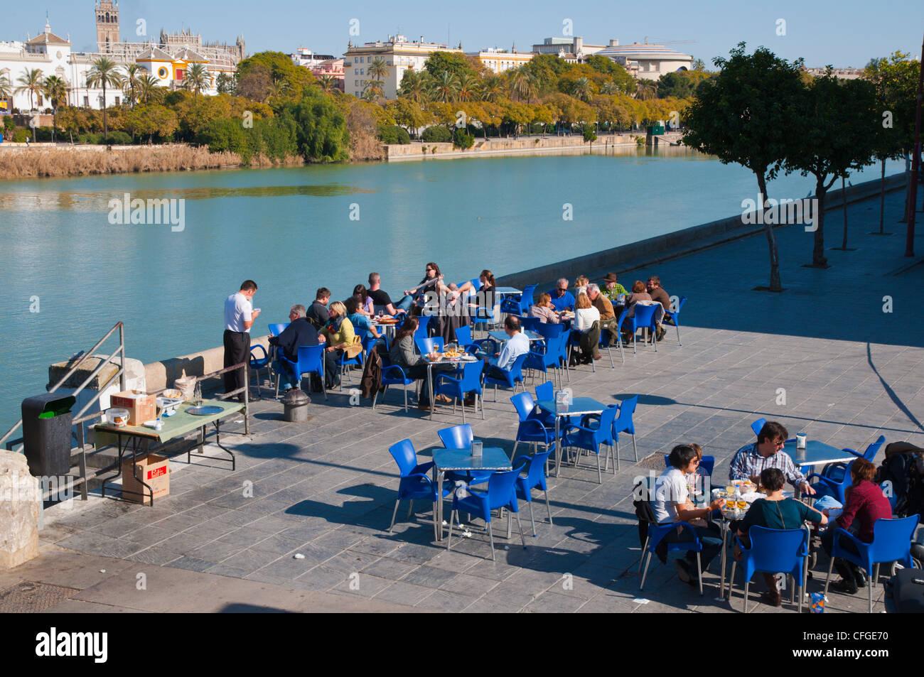 Un Café En La Terraza Por El Río Guadalquivir En El Centro