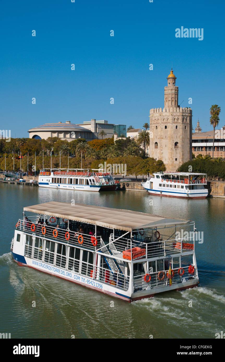 Excursión en barco de crucero en frente de la Torre del Oro (siglo xiii) por el Río Guadalquivir Sevilla Imagen De Stock
