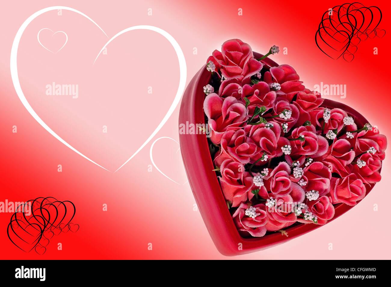 Flores en forma de corazón con una nota adjunta a la rima de pie en medio de los pétalos de rosa Imagen De Stock