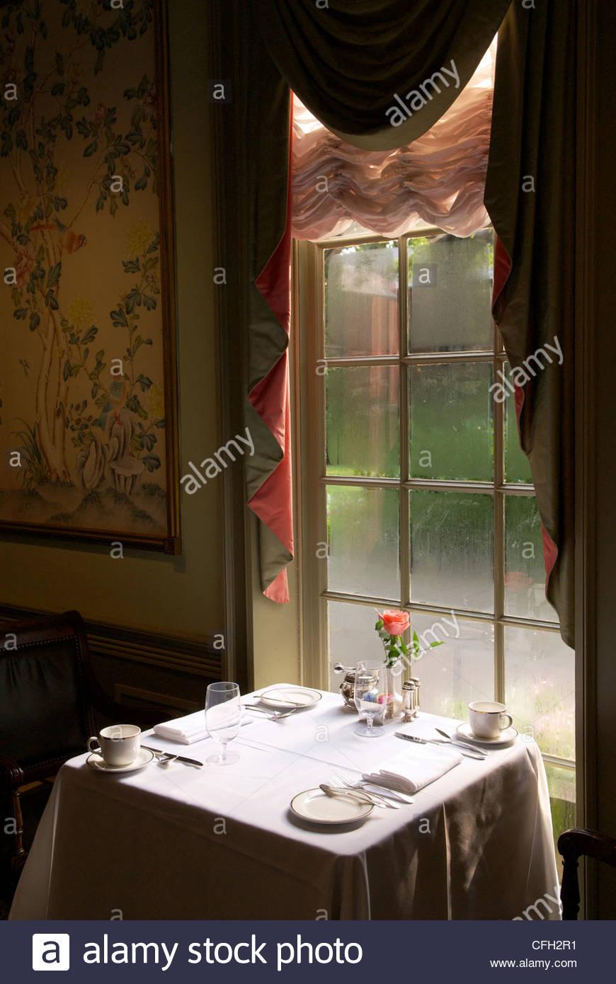 Ajuste de la tabla en el Regency comedor en el Williamsburg Inn. Imagen De Stock