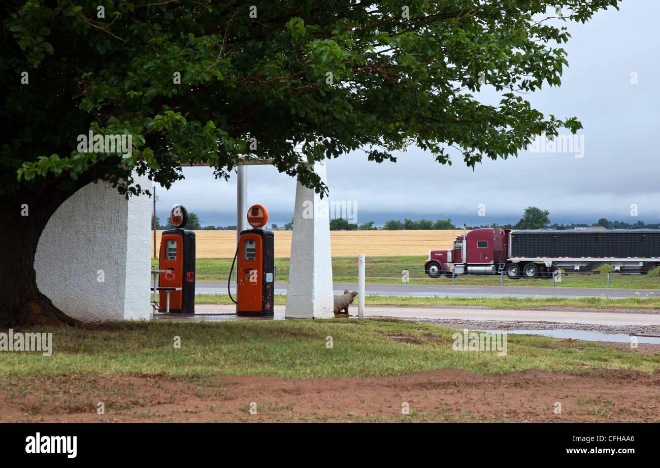 Estados Unidos, Oklahoma, hidro, antigua estación de gas sobre la ruta 66. Imagen De Stock