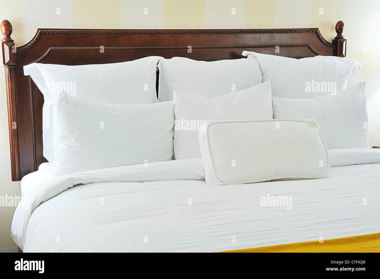 Ropa de cama blanca y cabecera de madera foto imagen de for Camas blancas de madera