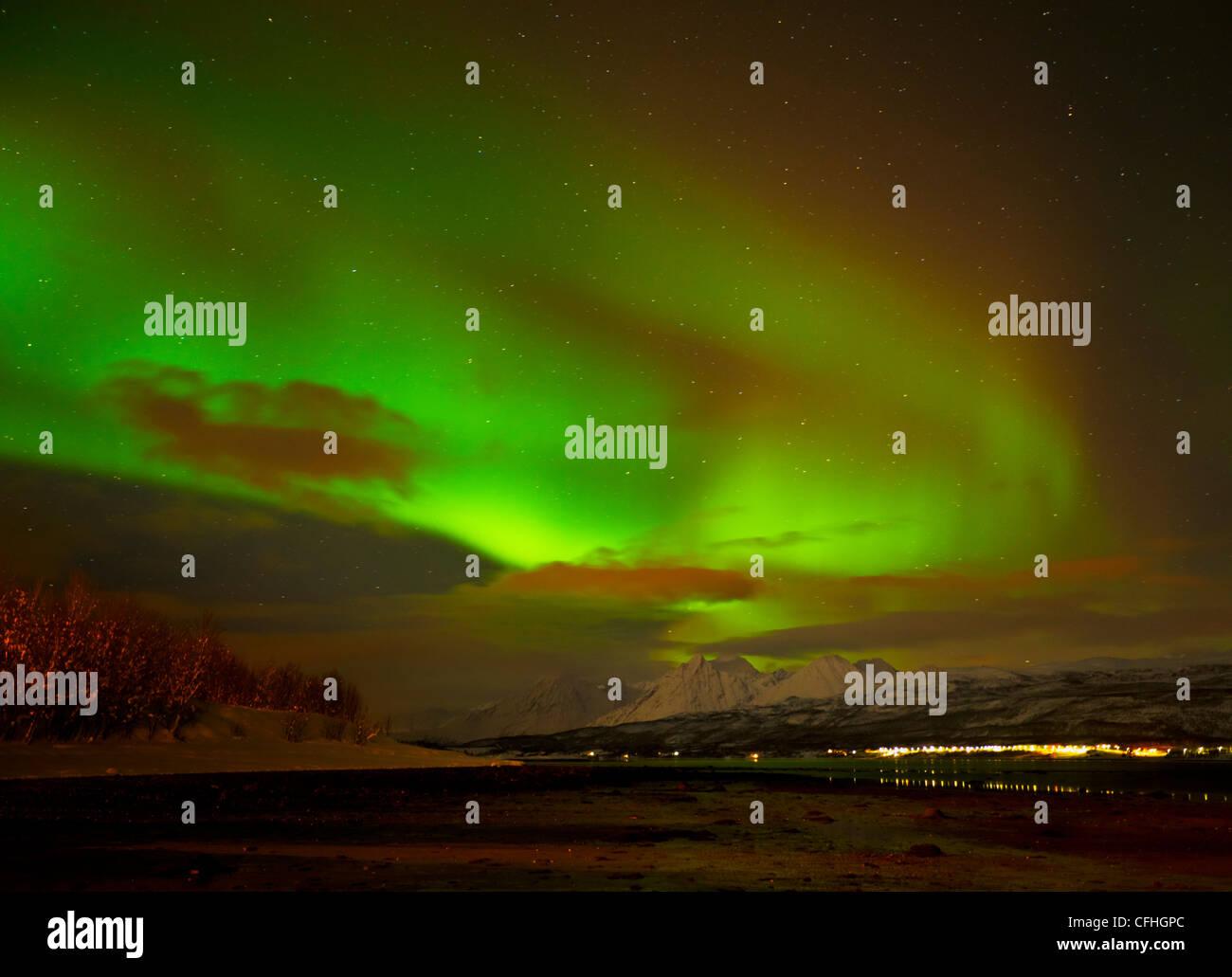 La aurora boreal o luces del norte visto en los Alpes Lyngen y Ullsfjord, Troms, al norte de Noruega, Europa Imagen De Stock