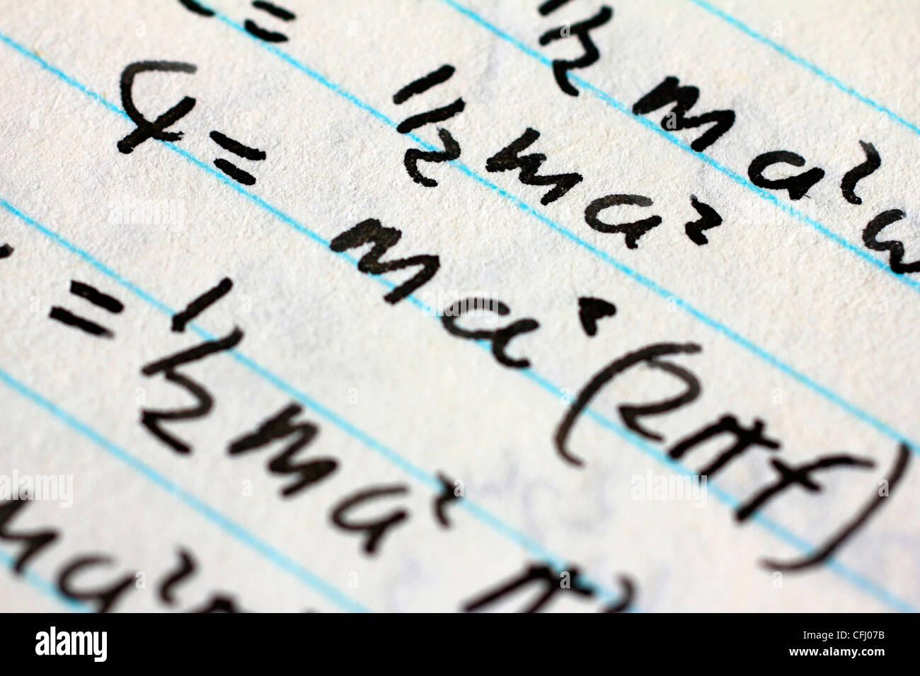 Las ecuaciones matemáticas en un trozo de papel blanco Foto de stock