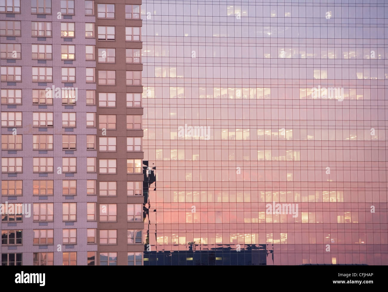 Luz del atardecer se refleja en edificios de oficinas Foto de stock