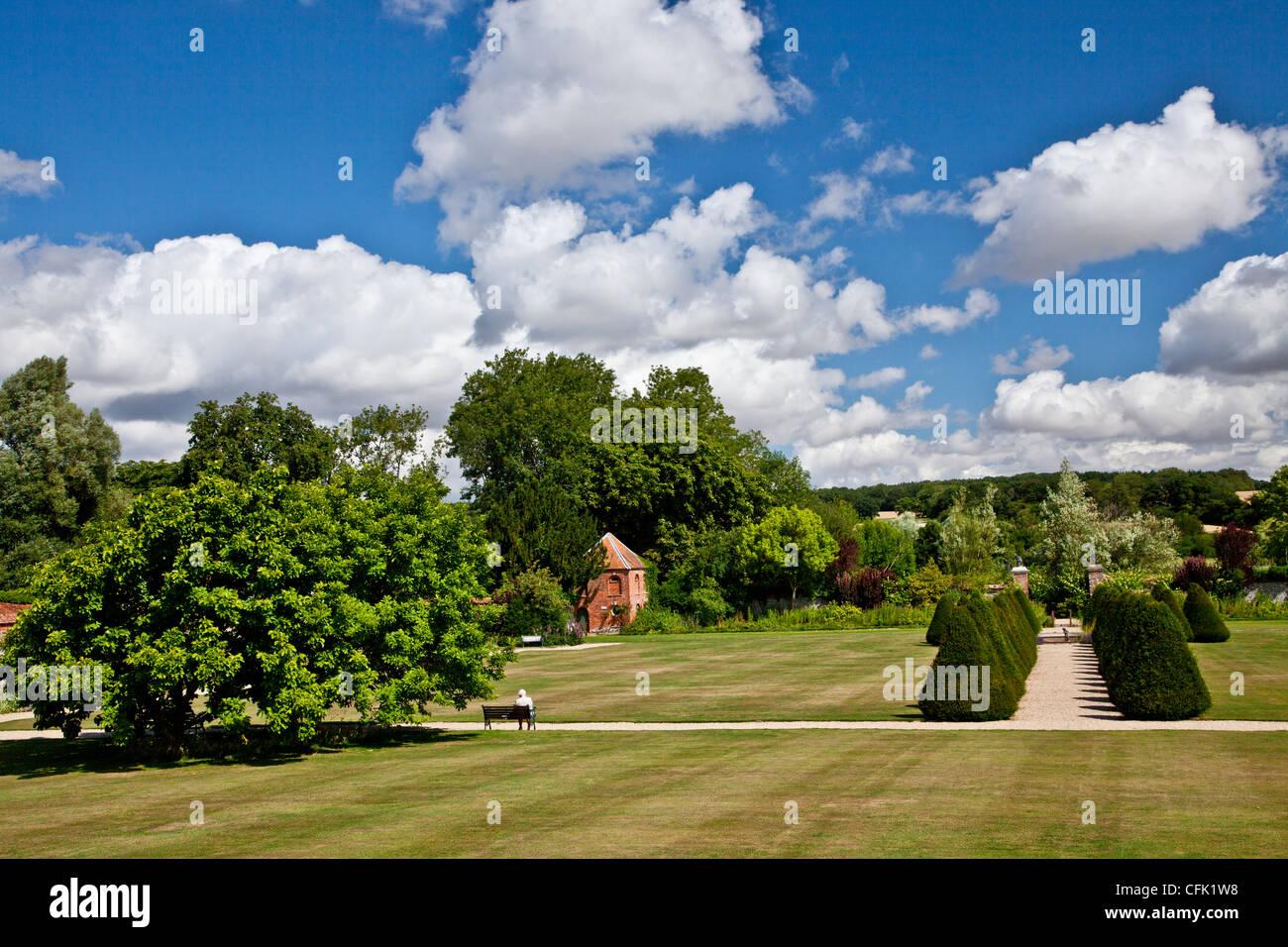 Ver todo el césped del jardín de la campiña inglesa de Littlecote Manor en Berkshire, Inglaterra, Imagen De Stock