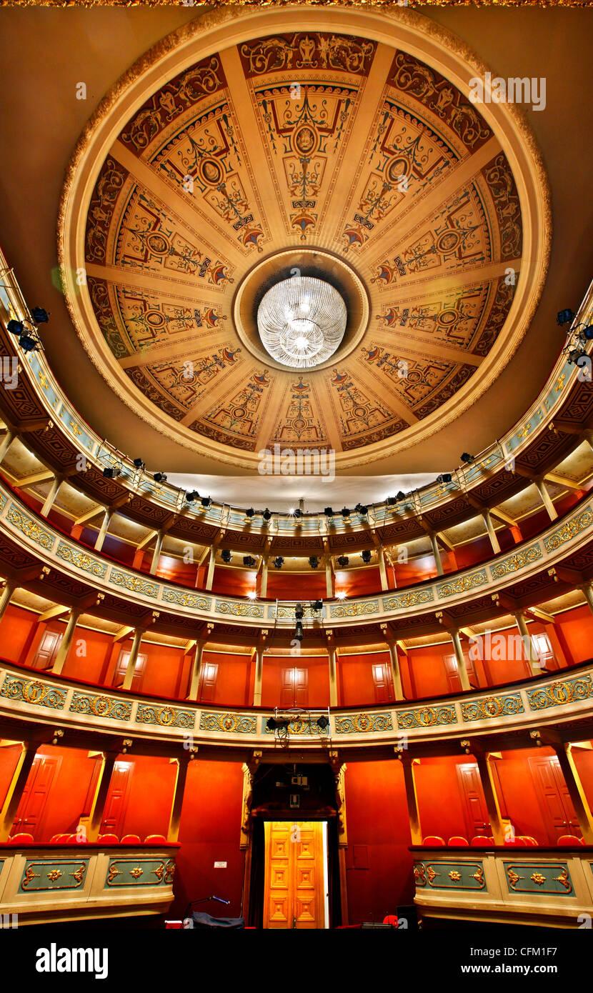 Vista interior de Apolo, el Teatro Municipal de la ciudad de Patras, Acaya, Peloponeso, Grecia. Foto de stock