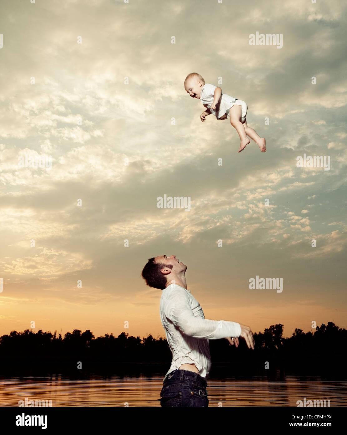 Ee.Uu., Texas, Texarkana, padre hijo tirando hacia arriba en el aire Imagen De Stock