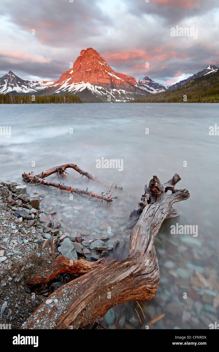 Sinopah Mountain y rezar el lago al amanecer, el parque nacional de Glacier, Montana, Estados Unidos de América, Imagen De Stock