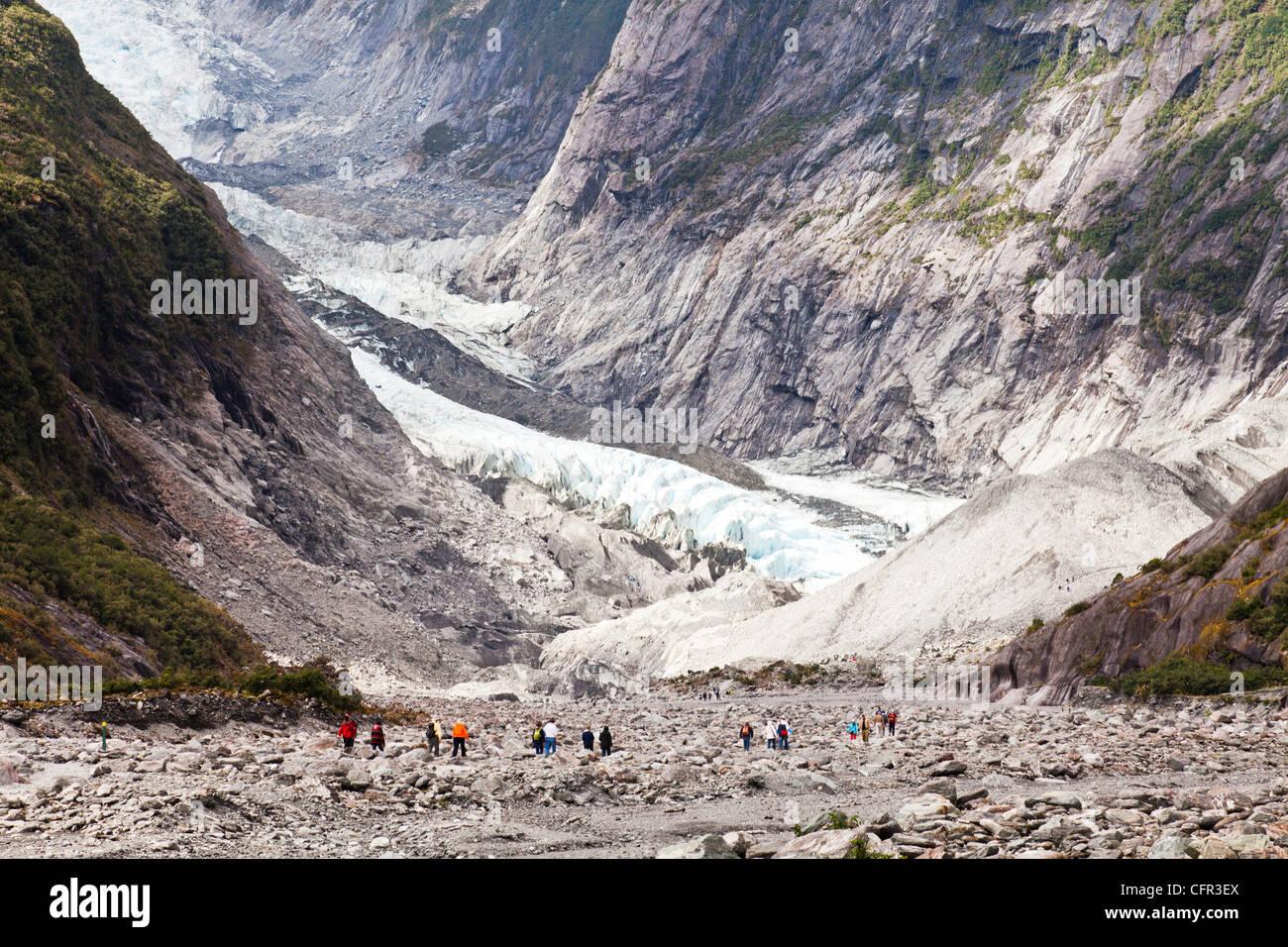 Los turistas que se acercan al terminal del glaciar Franz Josef, Costa oeste, Nueva Zelanda Imagen De Stock