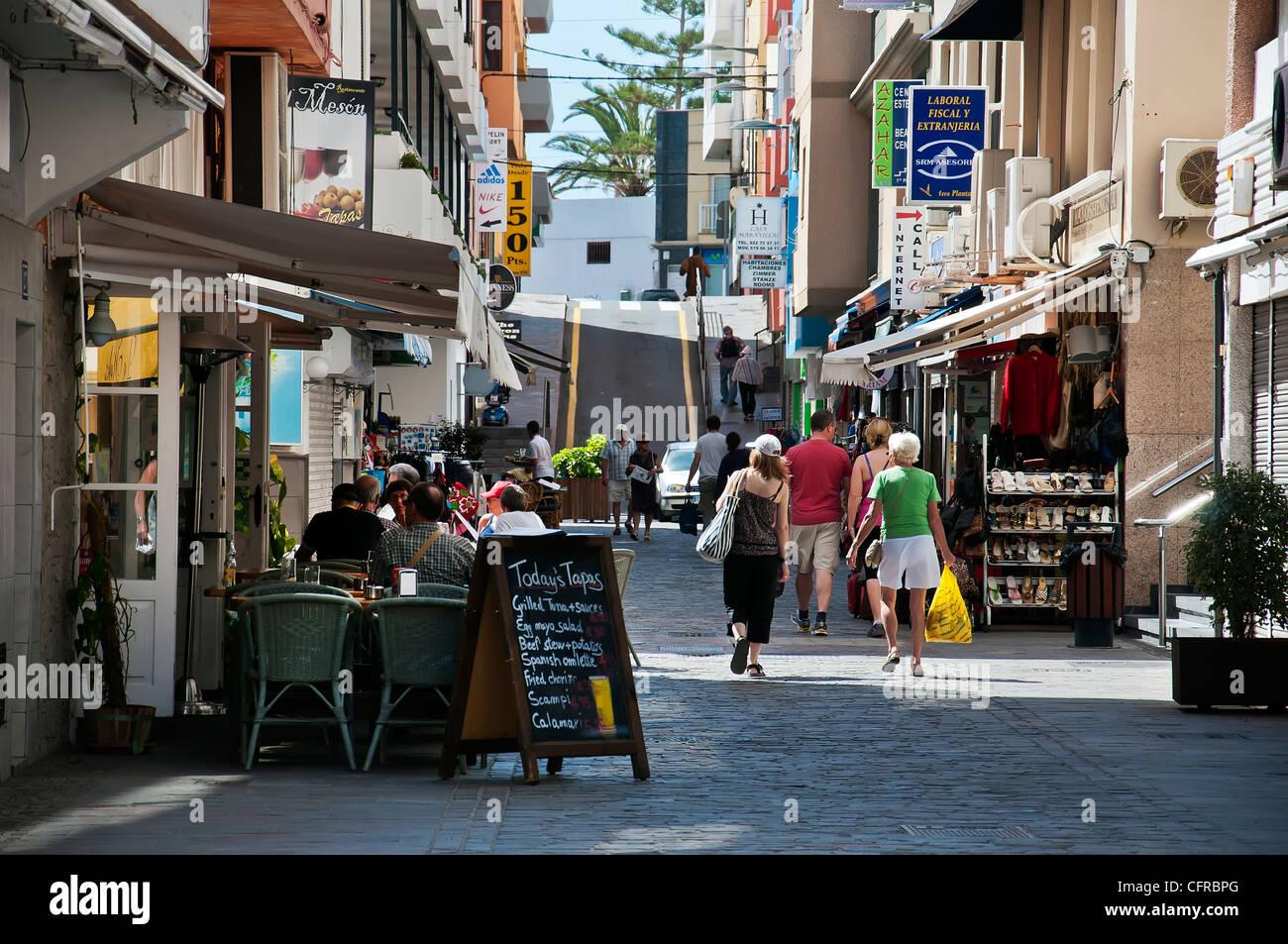 Los Cristianos Village Street, la Calle Juan 23, Tenerife, España. Imagen De Stock
