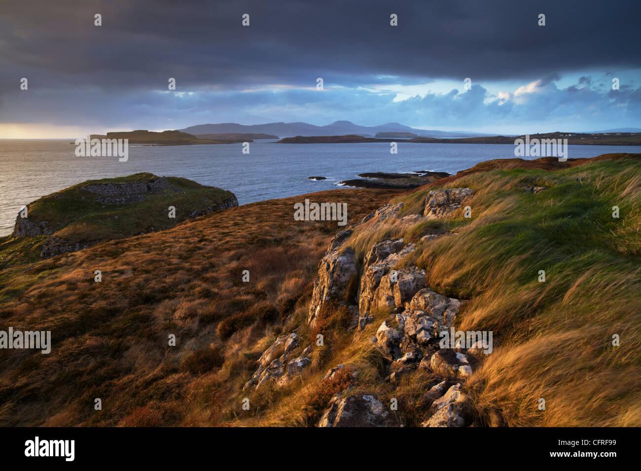 Una vista desde el punto sobre el Loch Bracadale Ardtreck hacia MacLeod's Tables, Isla de Skye, Escocia, Reino Unido, Europa Foto de stock