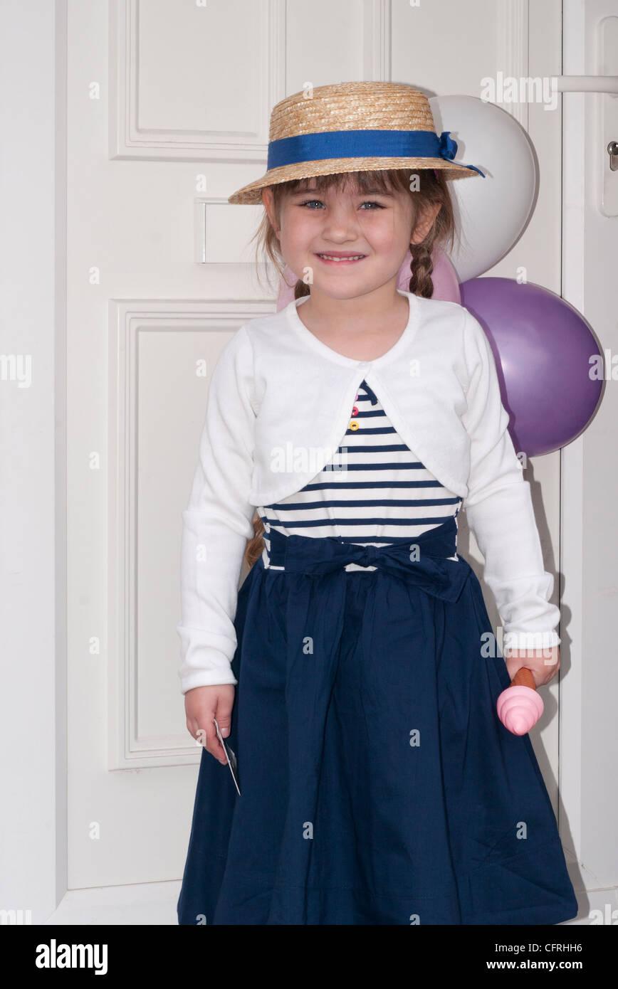 Niña Niño Bebé niño 4 años vistiendo un bonito vestido de fiesta y un  sombrero de c107eab713e