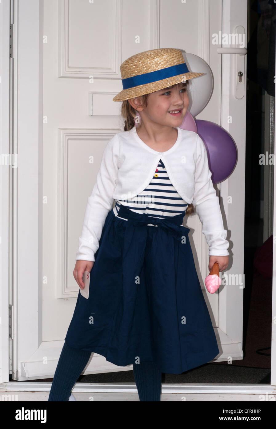 Niña Niño Bebé niño 4 años vistiendo un bonito vestido de fiesta y un  sombrero de paja bf37b342264