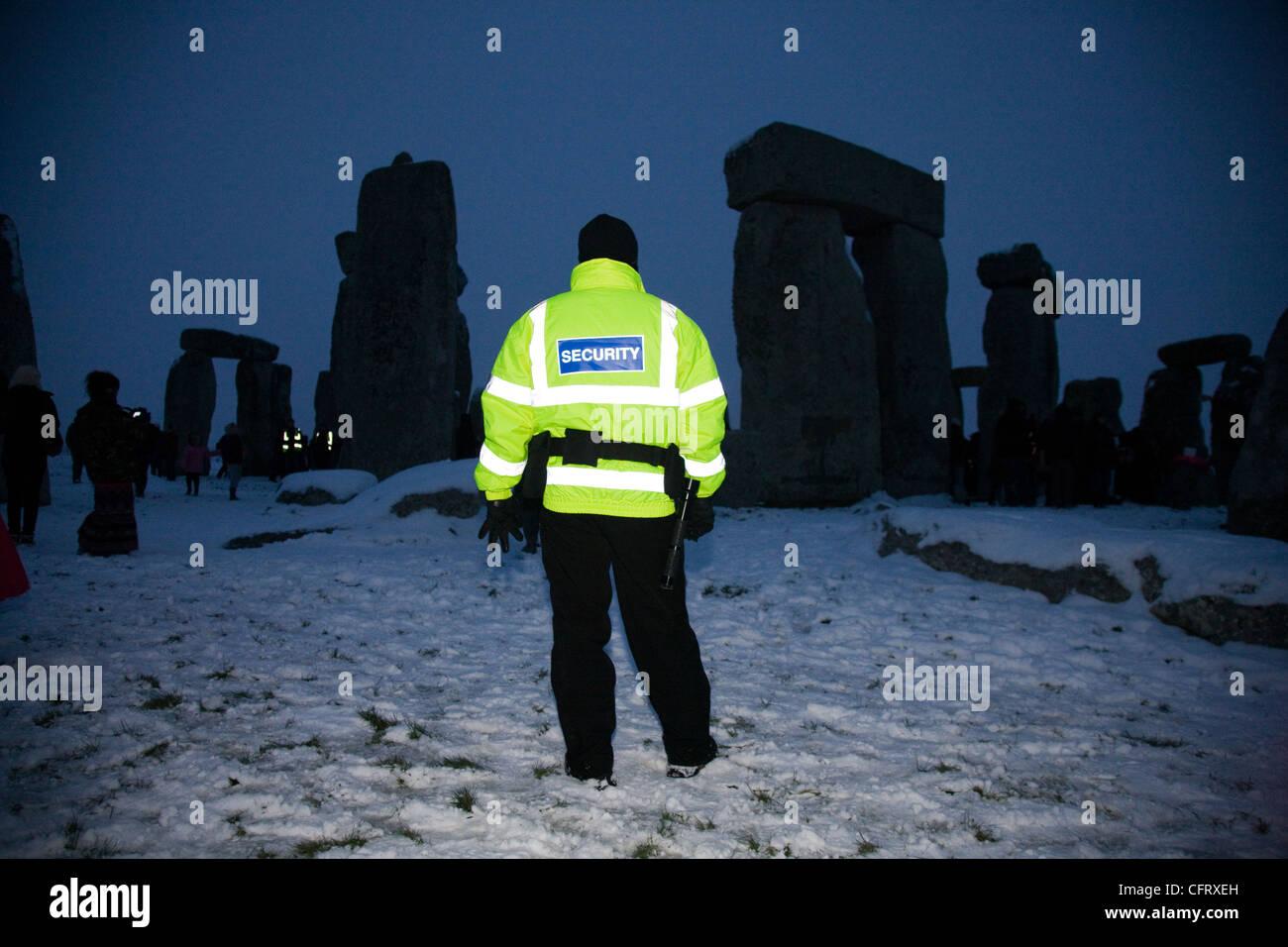 Hombre de seguridad custodiando Stonehenge, durante el solsticio de invierno Imagen De Stock