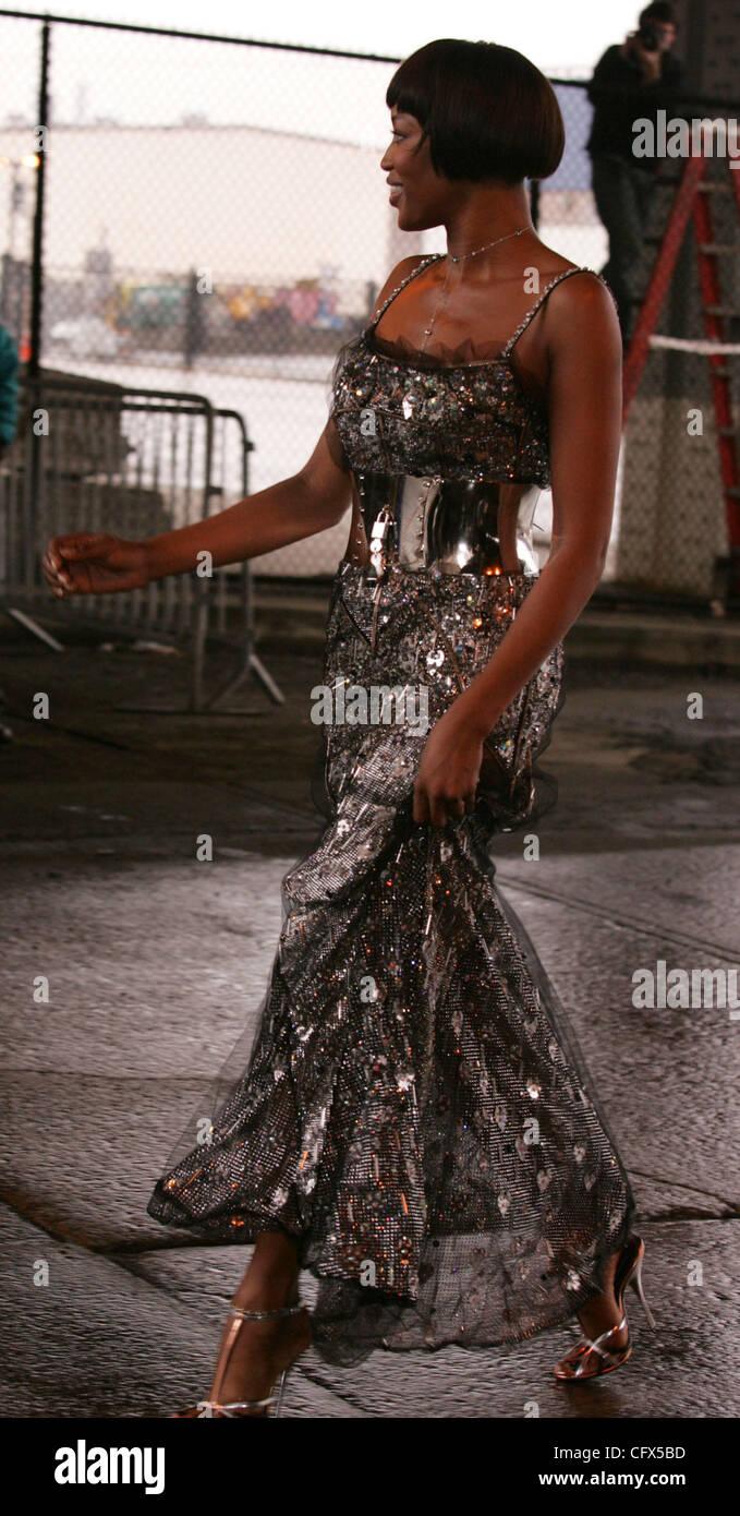 c2626d7c25a4 Silver Gown Imágenes De Stock   Silver Gown Fotos De Stock - Alamy