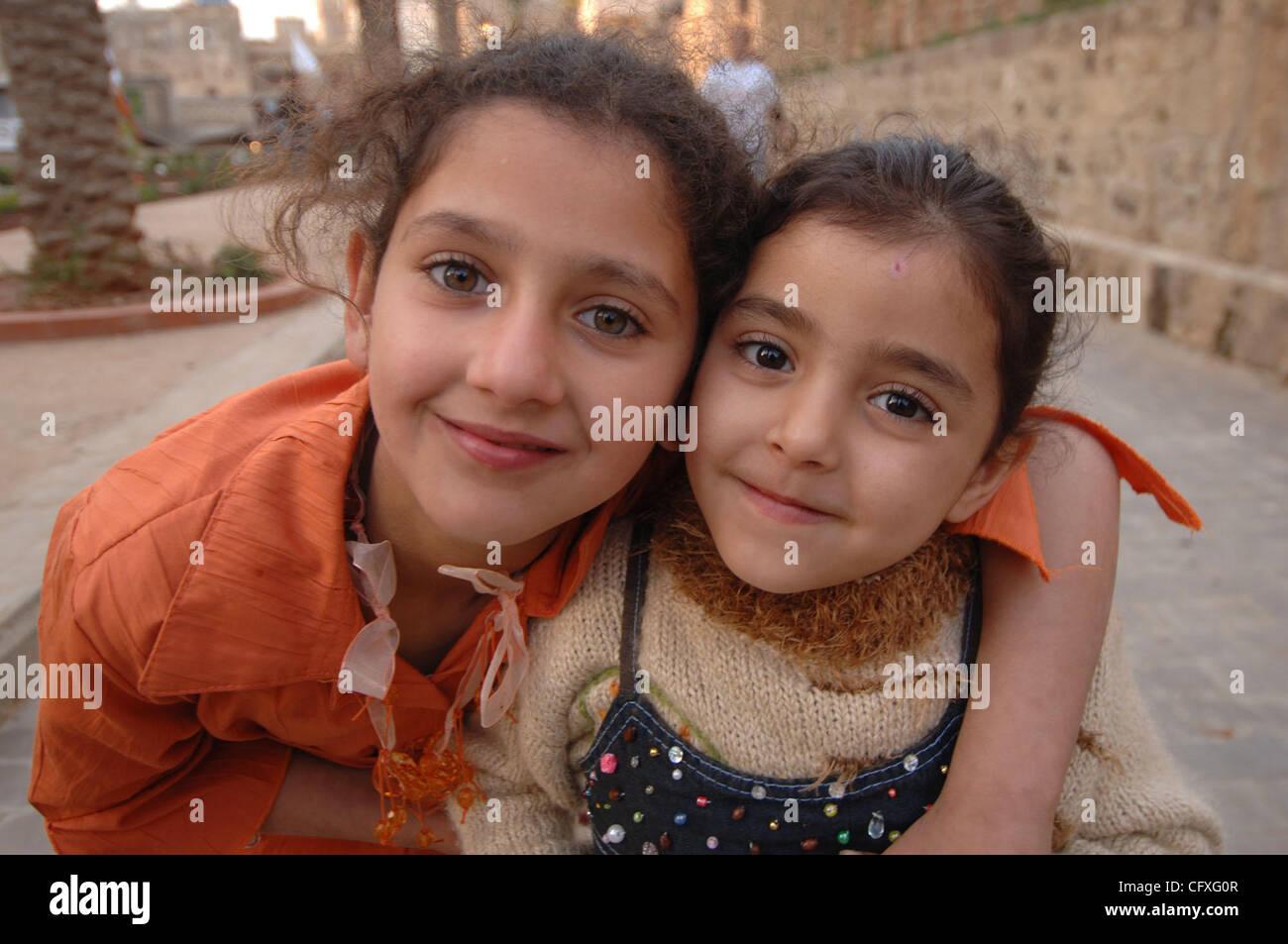 13 de abril de 2007, Saida, Líbano - dos niñas participar en una ...