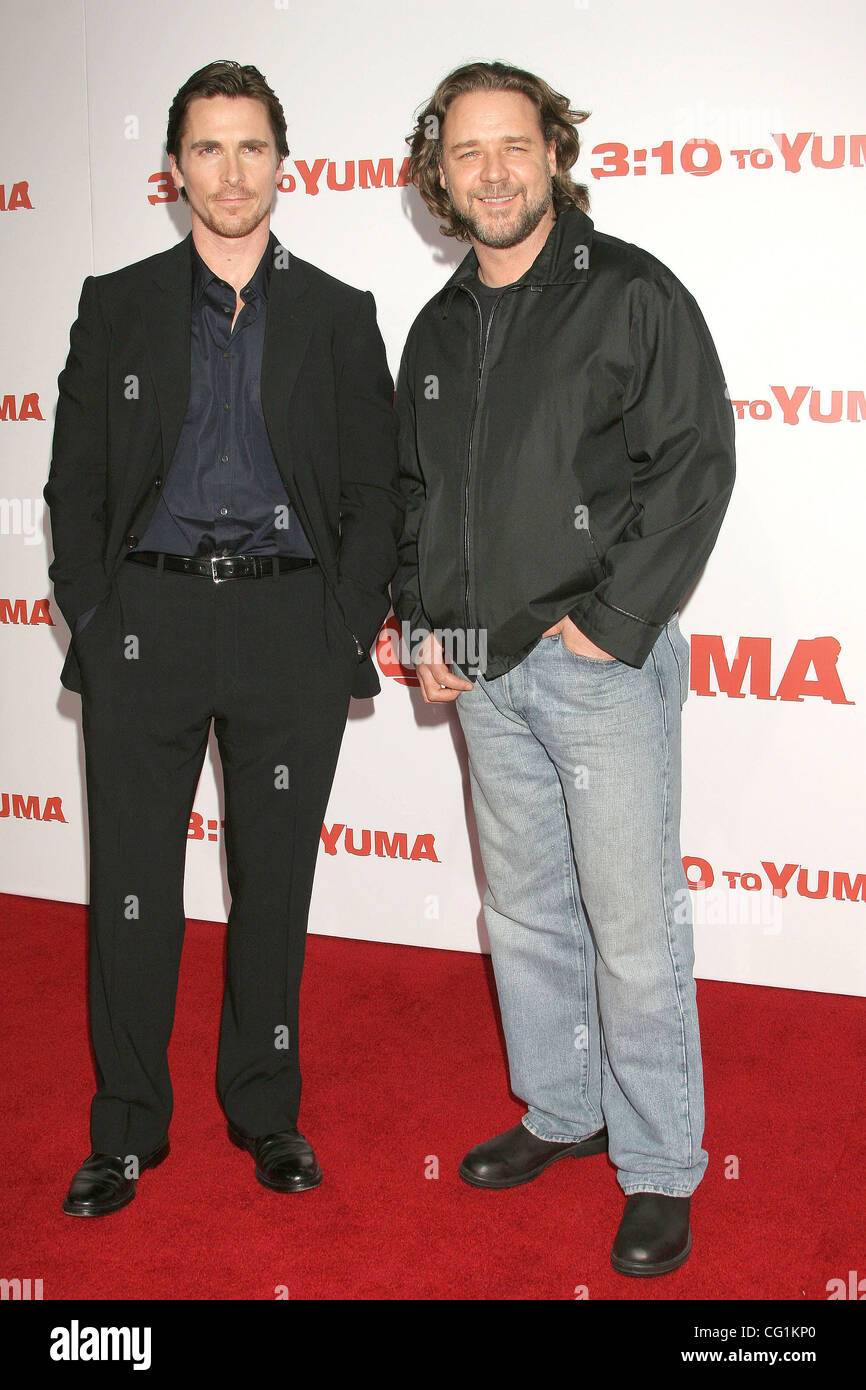 ¿Cuánto mide Russell Crowe? - Altura - Real height - Página 2 Aug-21-2007-los-angeles-california-ee-uu-el-actor-christian-bale-y-el-actor-russell-crowe-en-el-310-to-yuma-los-angeles-premiere-celebrada-en-el-teatro-nacional-de-mann-westwood-credito-foto-obligatoria-por-paul-fenton-zuma-press-copyright-2007-por-paul-fenton-cg1kp0