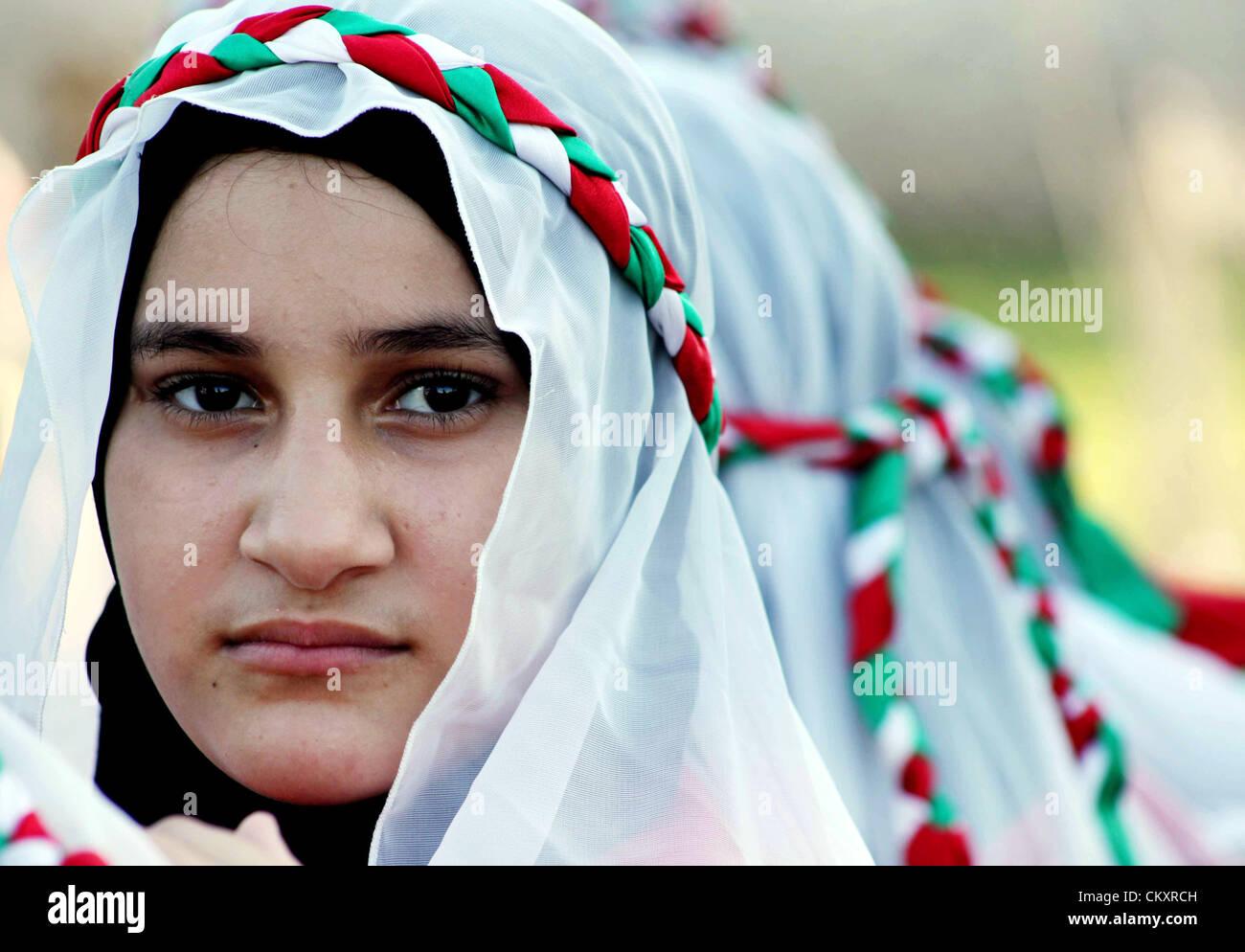 """La ciudad de Gaza, franja de Gaza. Jueves 30 de agosto de 2012. Las niñas palestinas tomar parte en un festival titulado """"Jerusalén en nuestros ojos"""", organizado por el movimiento Hamás, que marca el 43º aniversario de la quema de la mezquita de al-Aqsa en la ciudad de Gaza el 30 de agosto de 2012. El australiano Dennis judío Michael Rohan prendió fuego a la Mezquita al-Aqsa, el tercer lugar más sagrado en el Islam, en agosto de 1969, y el incendio destruyó 1000 años precioso e histórico púlpito. Foto de stock"""