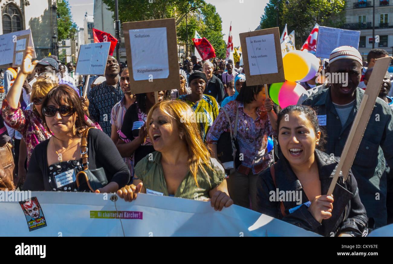 París, Francia, Inmigrantes sin documentos , réfugiés, Sans Papiers, Demostración de Migrantes, Señales de Mujeres Holding Banners, Protesta a la ley de inmigración, mitin por la xenofobia, jueces inmigrantes derechos de los inmigrantes Foto de stock