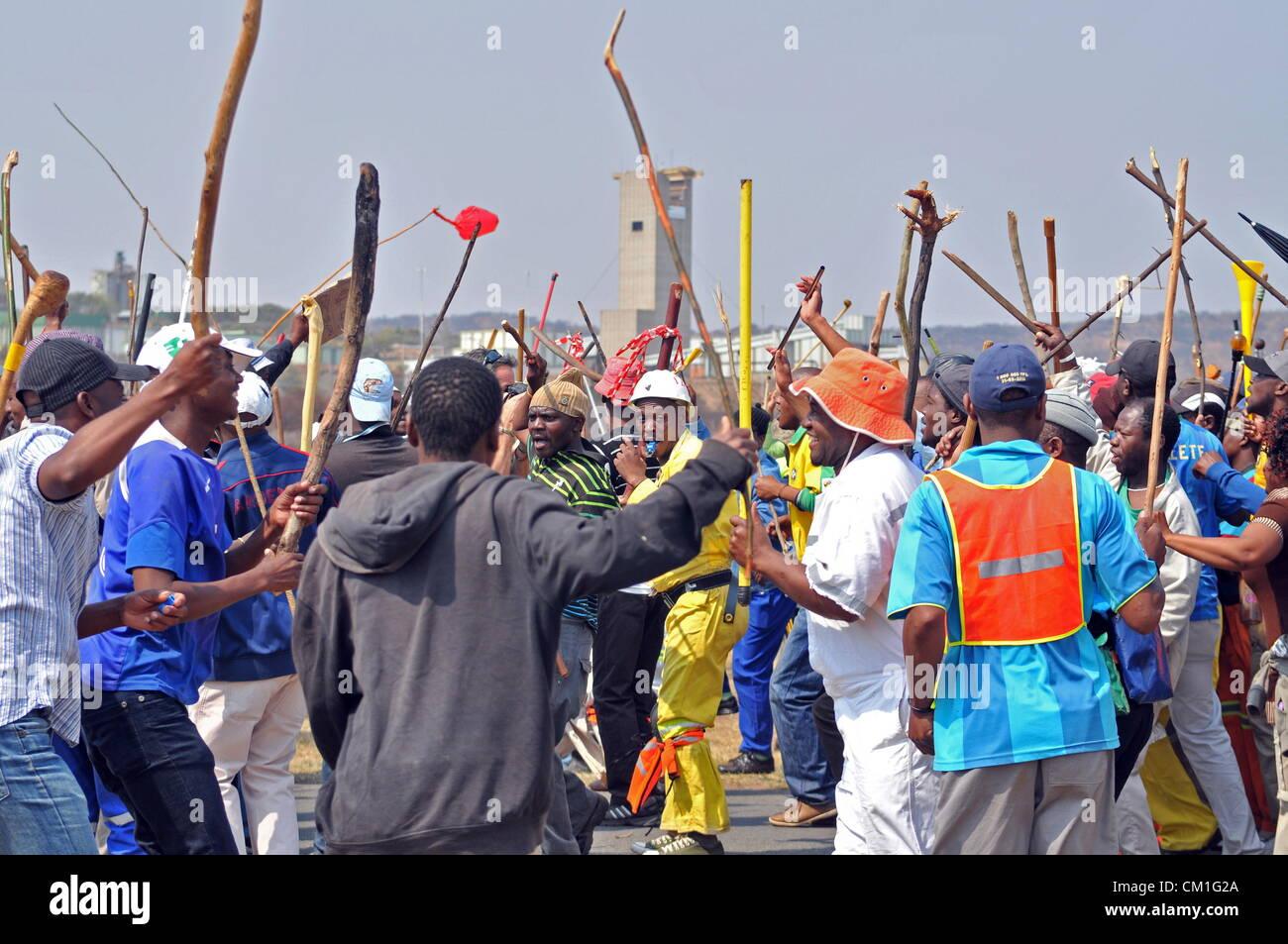CARLETONVILLE, SUDÁFRICA: los mineros de oro se reúnen en Gold Fields KDC West mina bajo la vigilancia de agentes Foto de stock