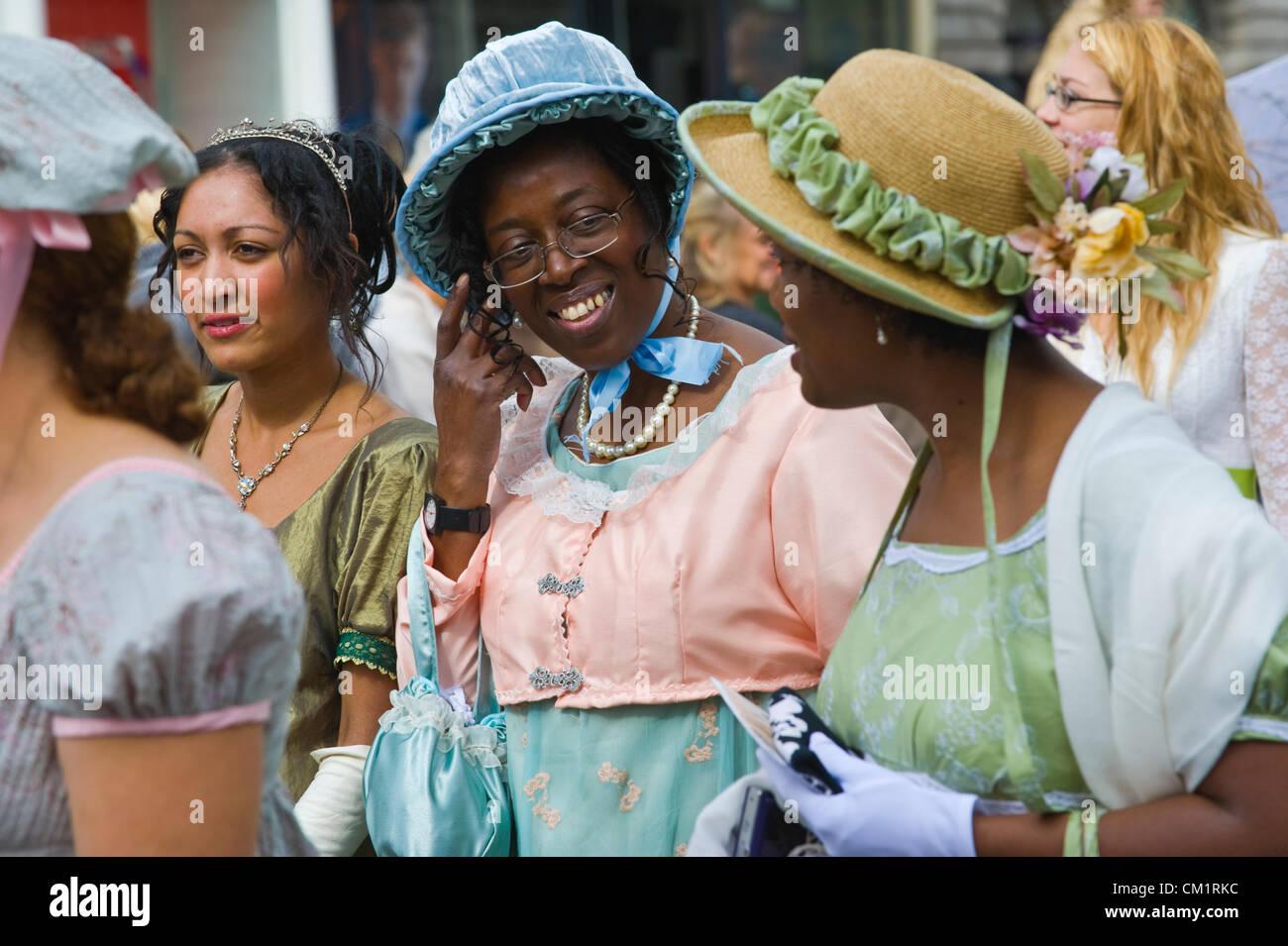 Bath, Reino Unido. Sábado 15 de septiembre de 2012. Señoras en traje de baño Regency promenade a Imagen De Stock