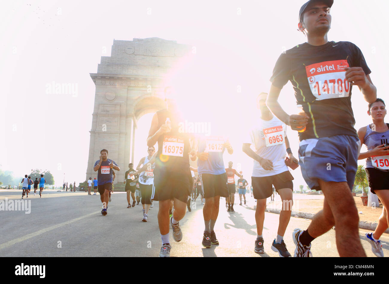 Septiembre 30, 2012 - Nueva Delhi, India - Delhi residentes participan en el medio maratón de Nueva Delhi como corren Foto de stock