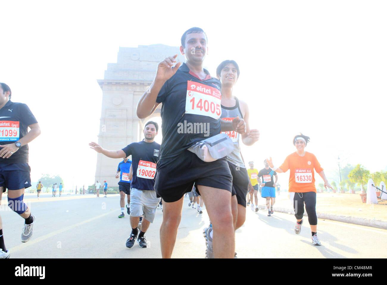 Septiembre 30, 2012 - Nueva Delhi, India - Delhi residentes participan en el medio maratón de Nueva Delhi como corren por el famoso hito de Nueva Delhi, la India Gate. (Crédito de la Imagen: © Subhash Sharma/ZUMAPRESS.com) Foto de stock