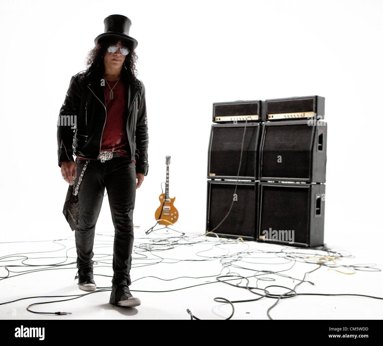 Slash es mejor conocido como el ex guitarrista de plomo de la banda de hard  rock estadounidense Guns N  Roses ... 201dcb5a7684