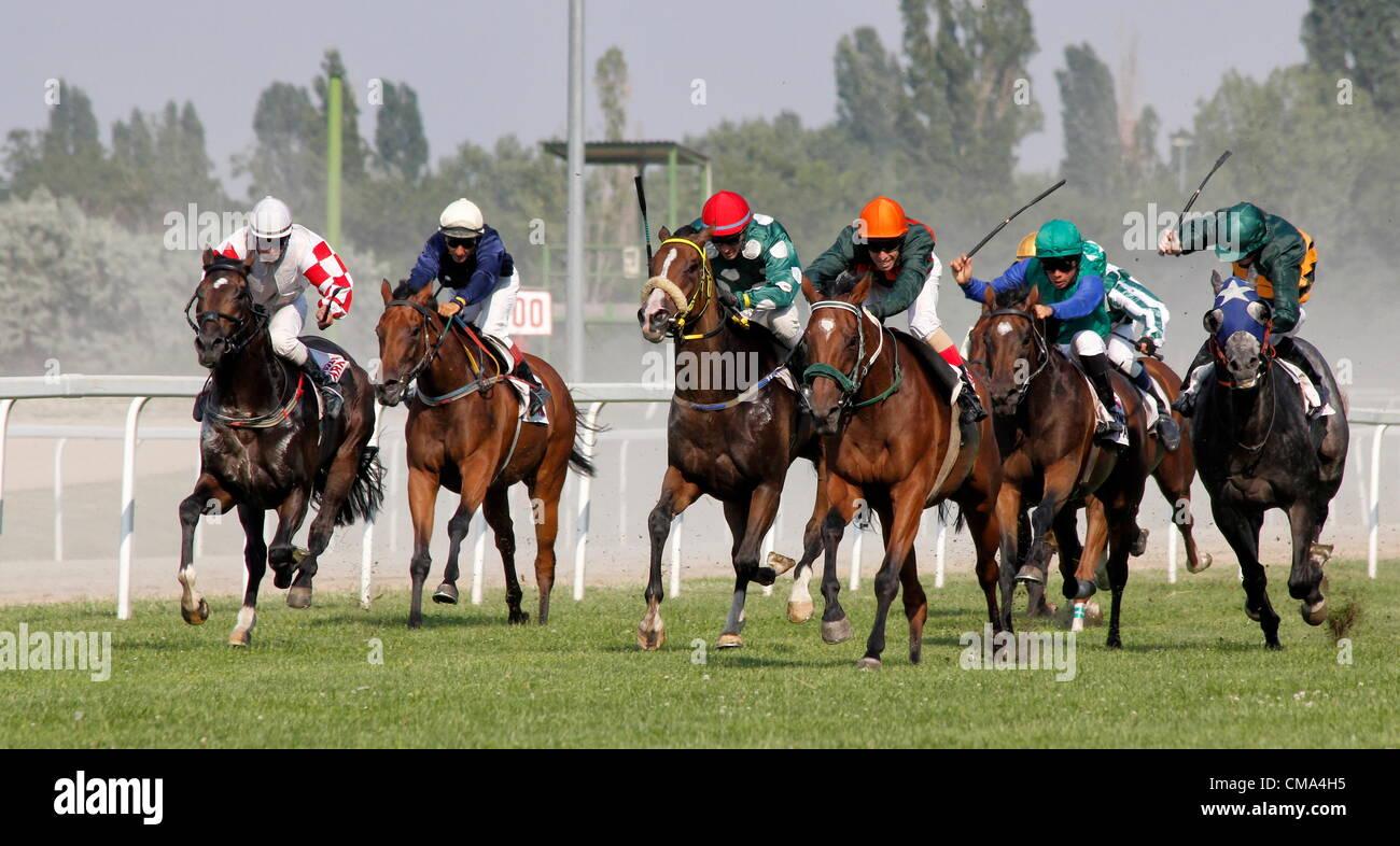BUDAPEST - JÚLIUS 1. Horse Racing julius 1, 2012 en Hungría, Budapest Kincsem Park. Imagen De Stock