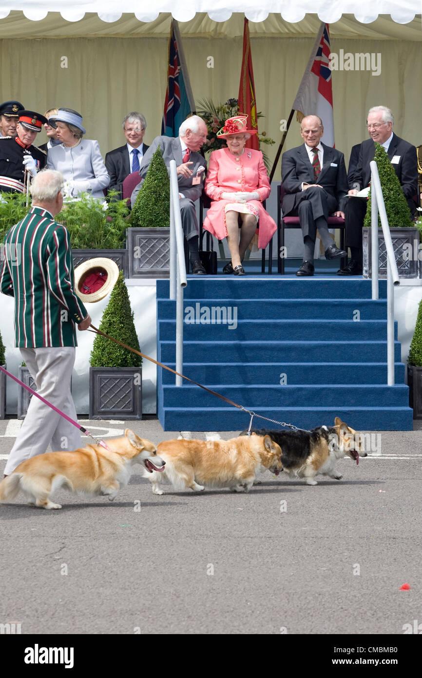 RAF Cosford, Shropshire, Reino Unido. El 12 de julio de 2012. Su Majestad la Reina Isabel asistir al Desfile del jubileo en la RAF Cosford en Shropshire, Inglaterra. Admira los Corgis que estaban siendo caminó como parte del concurso. Foto de stock