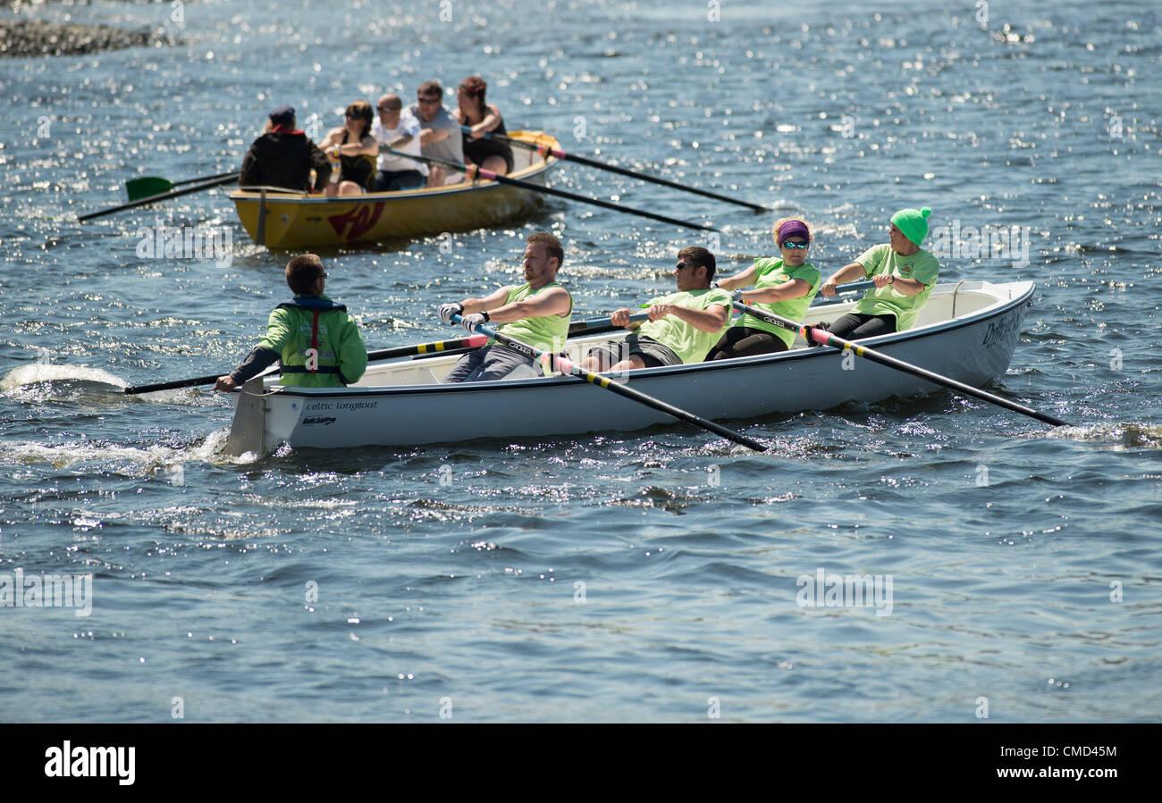 Las tripulaciones de todo Gales compitiendo en el Celtic longboat de remo en el cálido clima soleado en Aberystwyth Imagen De Stock