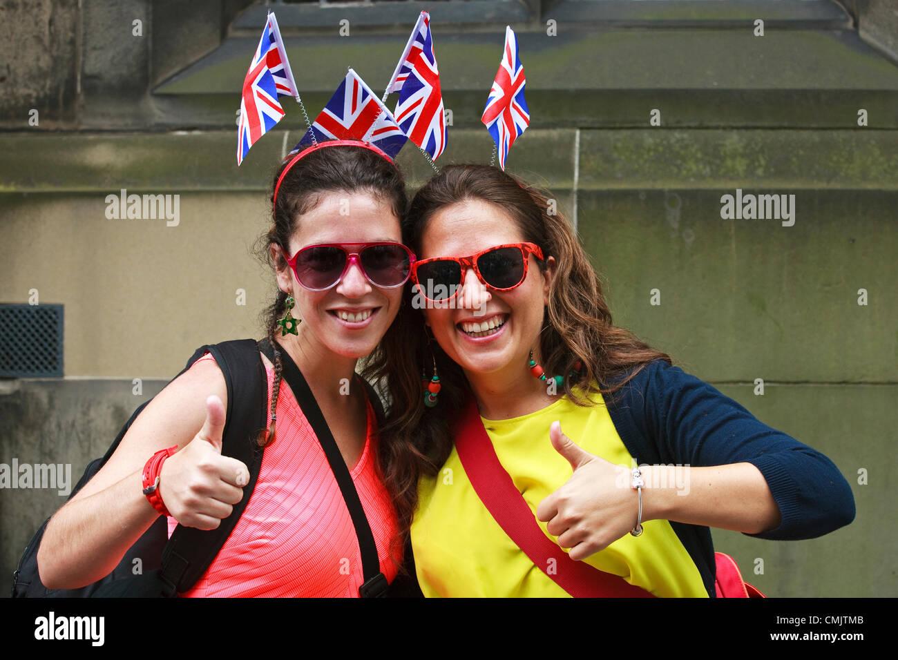 18 de agosto de 2012 Noemí Honoz y Raquel Sánchez, dos chicas españolas, de vacaciones en Edimburgo, Imagen De Stock